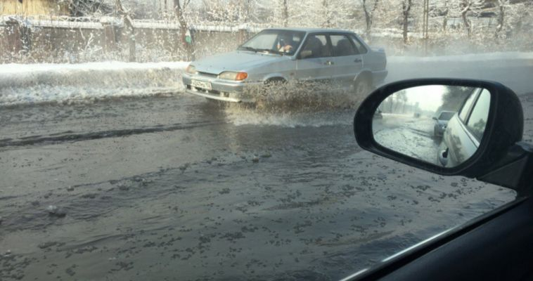 И это в мороз! Из-за аварии на сетях дорога на Левом берегу ушла под воду