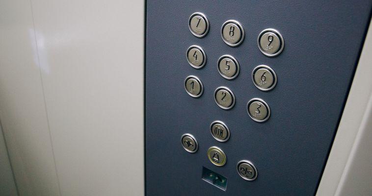 Капремонт лифты не пощадил. Мы разобрались, почему новые кабины отказываются работать