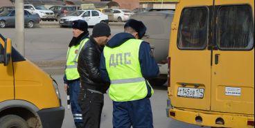 Сотрудники ГИБДД контролируют автобусные перевозки