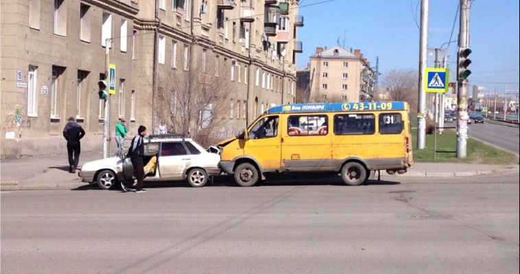 В Магнитогорске «маршрутка» врезалась в легковой автомобиль