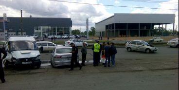 «Маршрутчик» въехал сразу в три автомобиля, один из них был только что куплен в автосалоне