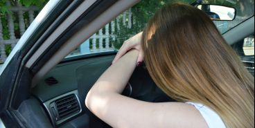 Женщина в подгузниках пять часов обороняла кроссовер от приставов