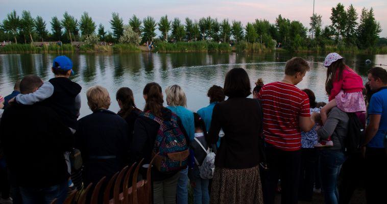 В городе проходит фестиваль водных фонариков