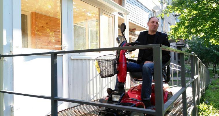 Мужчина-инвалид сделал отдельный въезд в квартиру через балкон