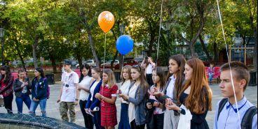 В День мира школьный парламент запустил шары и раздал голубей