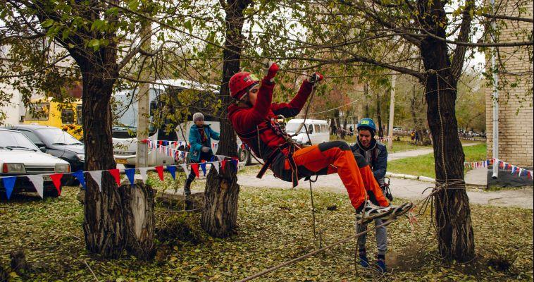 «Параллельные перила» и «переправа маятником». В Магнитогорске состоялись соревнования по спортивному туризму