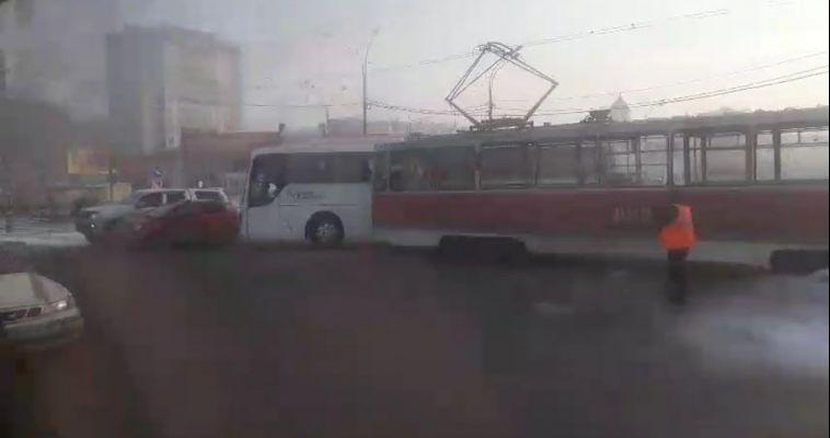 Междугородний автобус столкнулся с трамваем