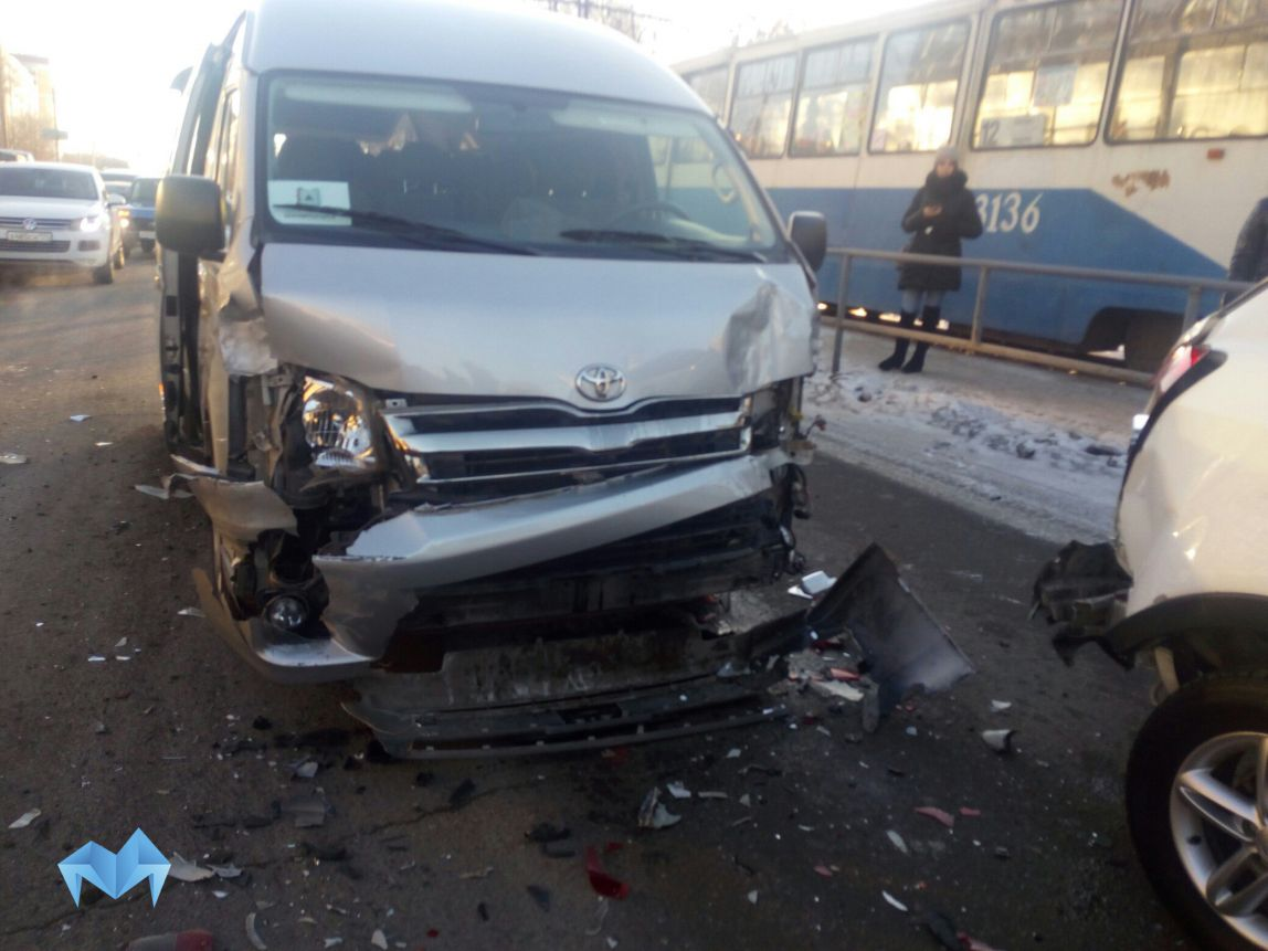 Автобус с репортерами, освещавшими визит губернатора вМагнитогорск, попал вДТП