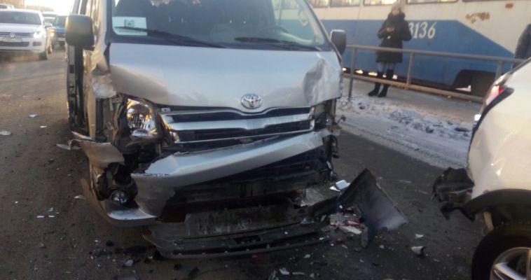 Микроавтобус из губернаторского кортежа попал в аварию