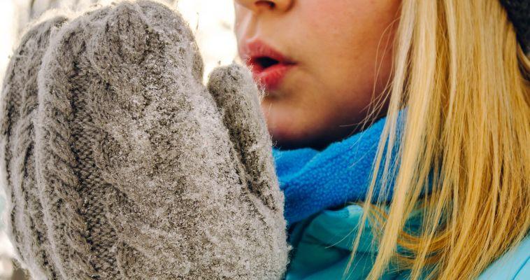 Не греть и не растирать снегом. Первая помощь при обморожении