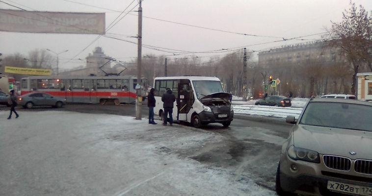 Водители и пожарные потушили маршрутку на Гортеатре