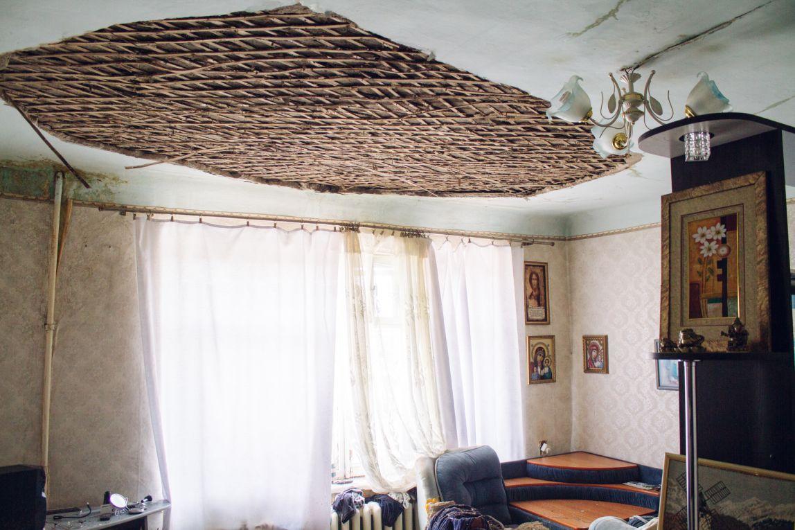 Всё началось с потопа — потолок на Пионерской, 29 обвалился из-за прорыва трубы