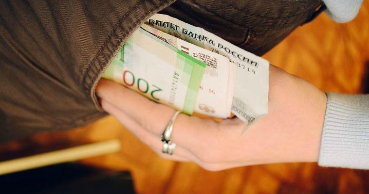 Женщина похитила деньги прямо на рабочем месте