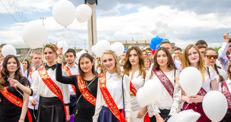Фото. Выпускники прошли парадом по площади у курантов
