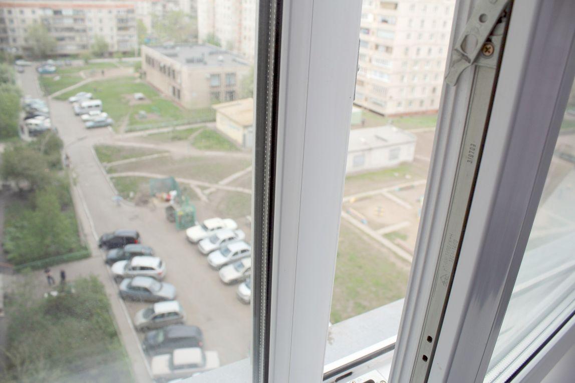 Маленькая девочка выпала из окна
