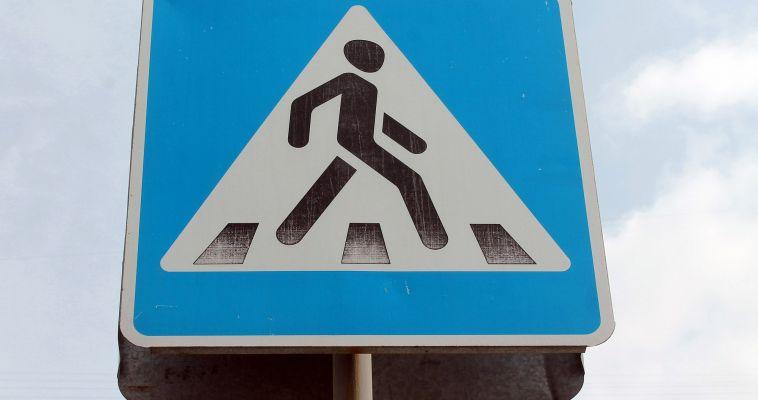 Грузовик повалил дорожные знаки
