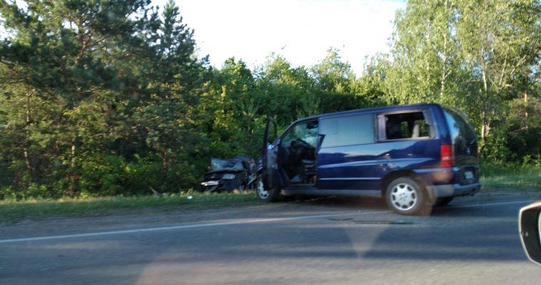Такси столкнулось с микроавтобусом и вылетело на обочину