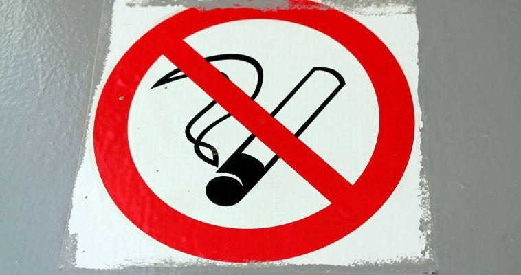 После жалобы конкурентов, сеть алкомаркетов прекратила продажу сигарет вблизи школ