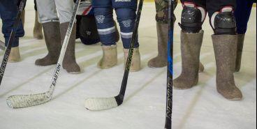 Взрослые и дети сыграли в хоккей «на валенках»