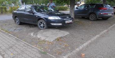 Двое магнитогорцев заплатят за парковку на газоне