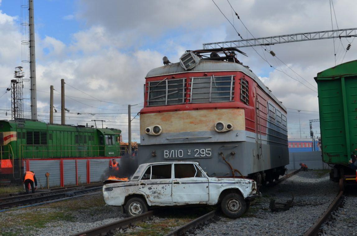 Из-за автомобиля, застрявшего на путях, поезд сошел с рельсов