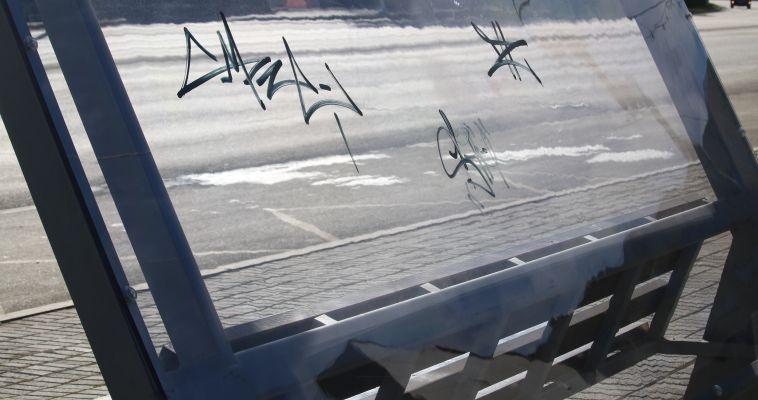 Уличные хулиганы изрисовали остановочный комплекс
