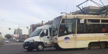 Маршрутка столкнулась с трамваем