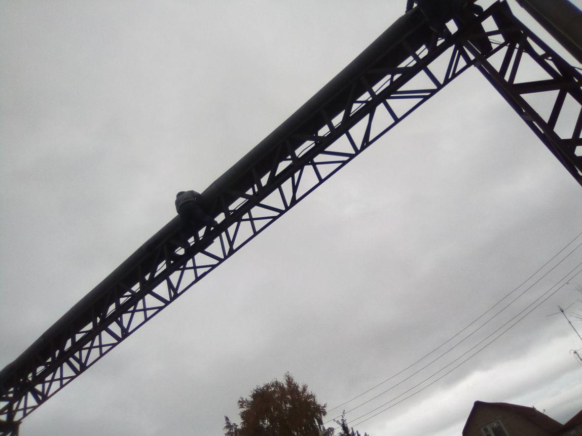 Подростки облюбовали трубопровод над дорогой