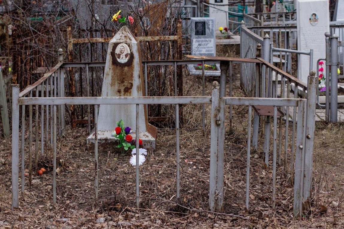 С кладбищ убрали рекламные надгробия