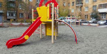 В Ленинском районе обновили детские площадки