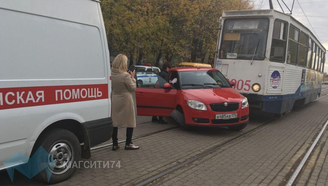 На Карла Маркса иномарка столкнулась с трамваем