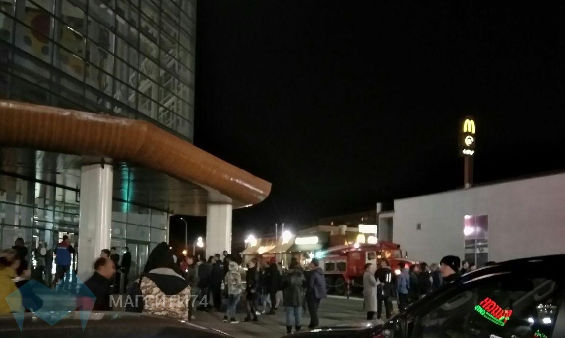 Посетителей торгового центра экстренно эвакуировали