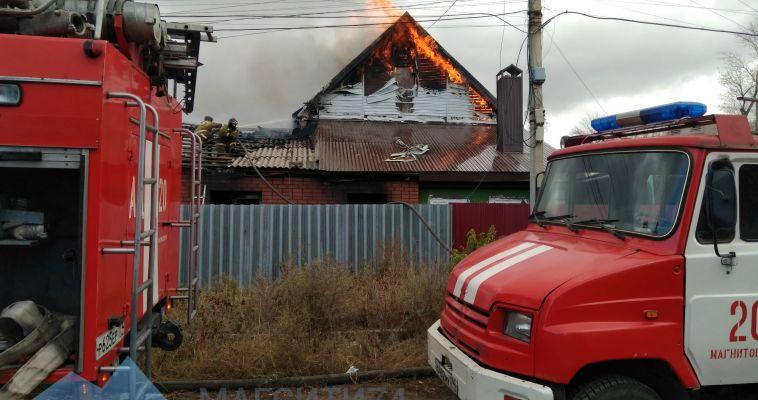 В поселке Димитрова полыхает двухэтажный дом