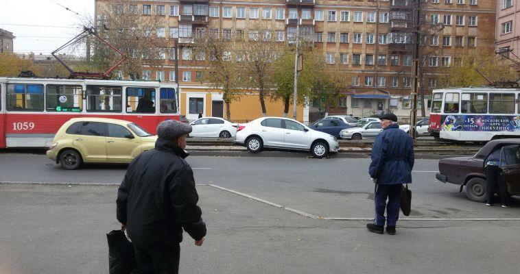 На левом берегу из-за двух аварий встали трамваи