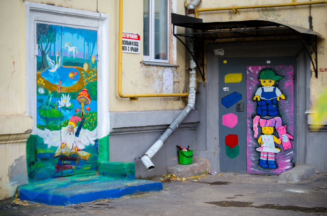 Жители расписали стены и двери домов в Ленинском районе