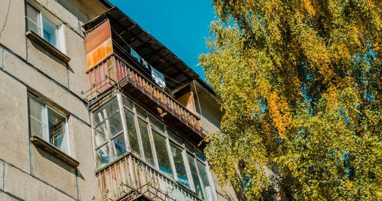 Двухлетний малыш закрыл маму на балконе