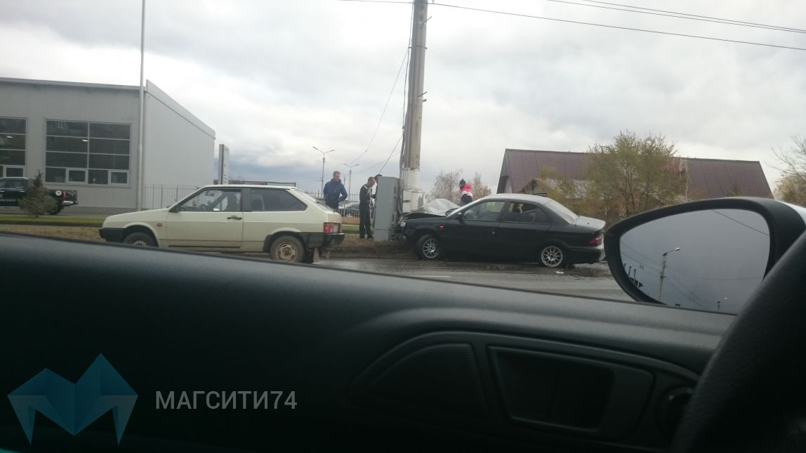 На проспекте Ленина автомобиль въехал в столб