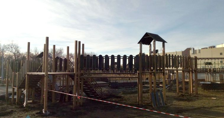 В парке у Вечного огня начали монтаж детского городка