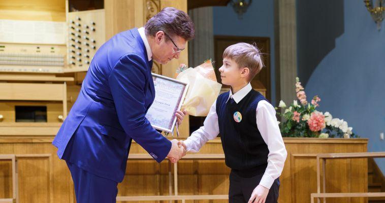 Одарённые школьники получили премии минкульта