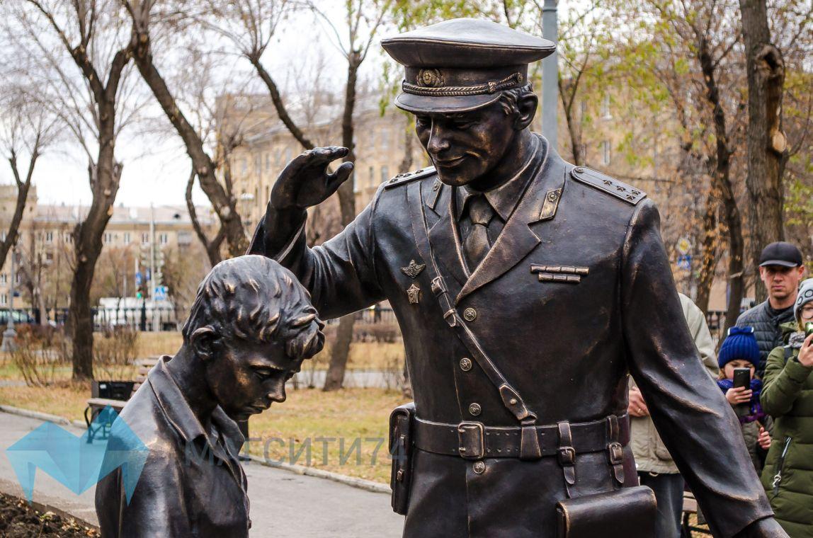 Сквер Металлургов теперь охраняет бронзовый страж правопорядка