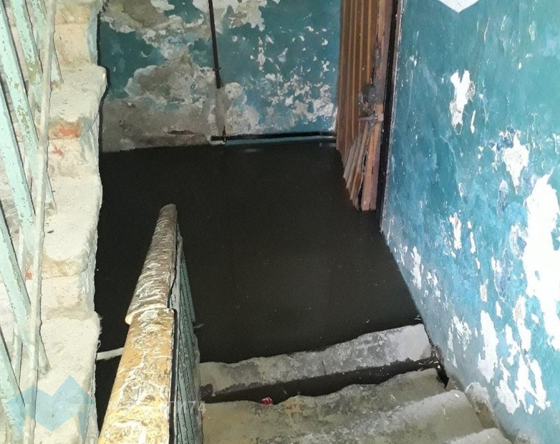 Подвал жилого дома затопило фекалиями