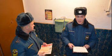 Сотрудники МЧС наведались в гости к многодетным семьям