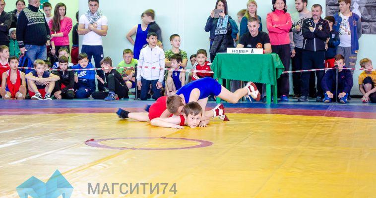 Более двухсот юных борцов участвуют в памятном турнире