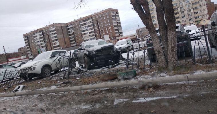 Водитель снес забор и повредил четыре автомобиля