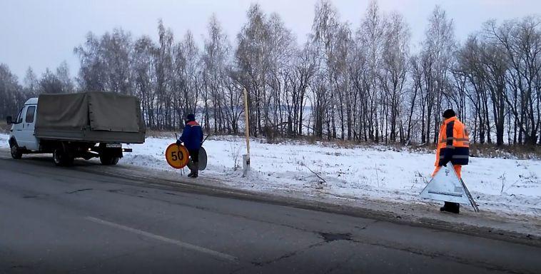 Дорожники укладывали горячий асфальт в снег