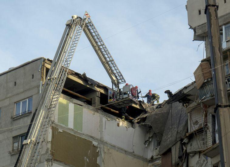В шестом подъезде рухнувшего дома обнаружили жильца