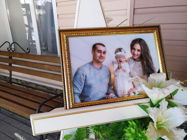 Родственники и друзья попрощались с семьей Крамаренко