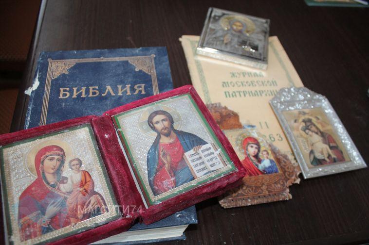 Спасатели передали в епархию уцелевшие в разрушенном доме иконы и Библию