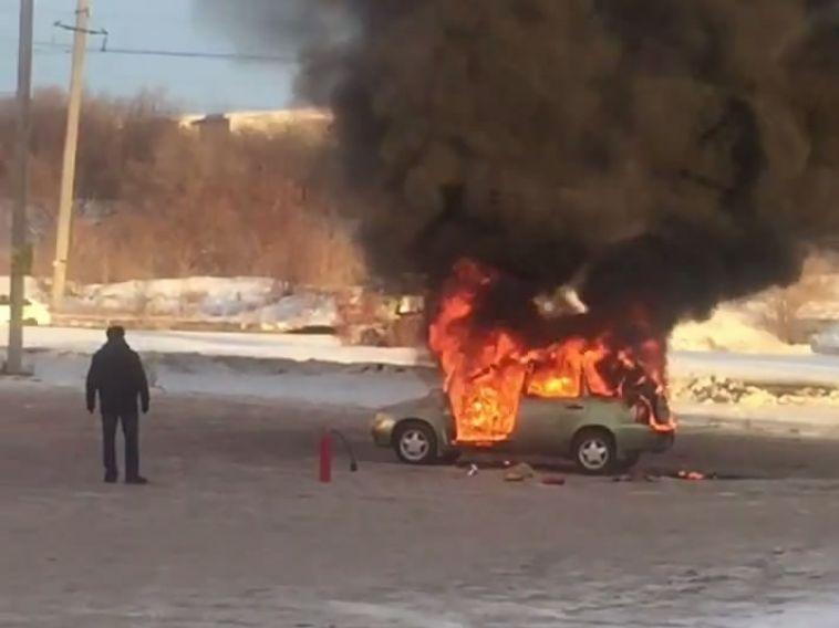 На выезде из города загорелся автомобиль