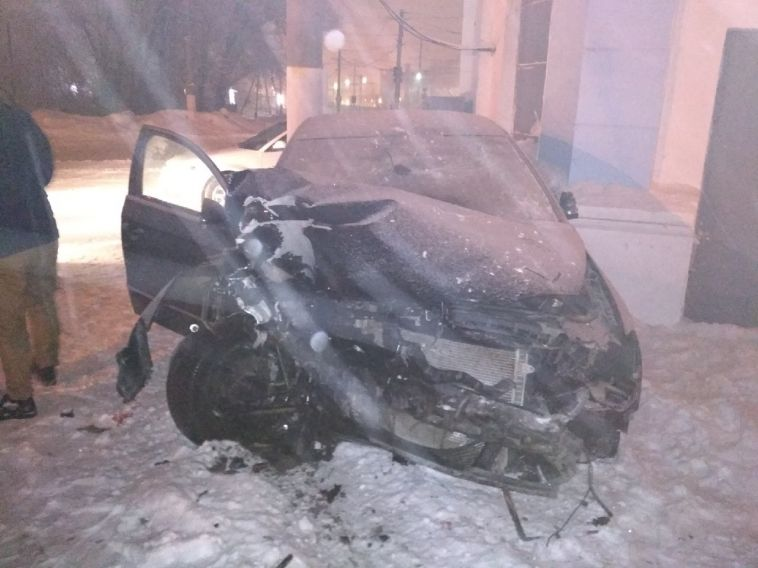 На левом берегу автомобиль врезался в столб